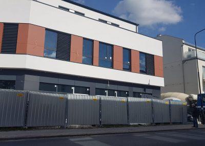 Budynek usługowo-biurowy, trwa wykonanie posadzki anhydrytowej