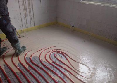 Wylewka anhydrytowa w trakcie wykonywania na instalacji ogrzewania podłogowego