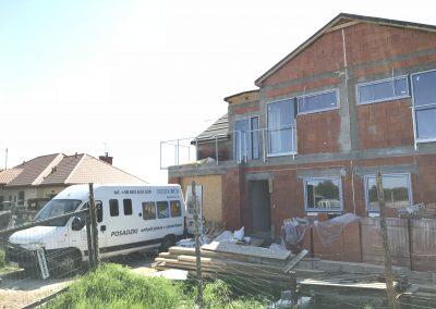 Budynek domu jednorodzinnego - trwają prace posadzkarskie