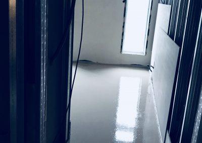 Gotowa wylewka anhydrytowa w pokoju hotelowym